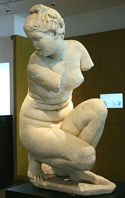 La Afrodita agachada de Córdoba es una copia romana de una escultura griega, la Afrodita agachada, de la que existen multitud de copias. La escultura griega original se atribuye a Doidalsas de Bitinia